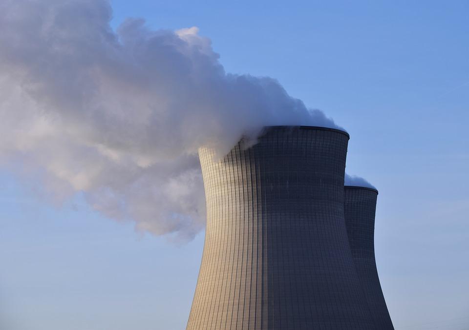 Kernkraft spielt im Weser-Ems Gebiet also nach wie vor eine Rolle, auch wenn es keine so große mehr ist. Spätestens 2022 wird in der Region keine Kernenergie mehr produziert. Die Nachwirkungen werden aber noch lange zu spüren sein. Der Rückbau der Kraftwerke dauert Jahrzehnte. Auch die Gefahr der Strahlenbelastung besteht weiterhin, was immer wieder Kritiker auf den Plan ruft. Die Kernkraft wir das Weser-Ems Gebiet also noch viele Jahre beschäftigen