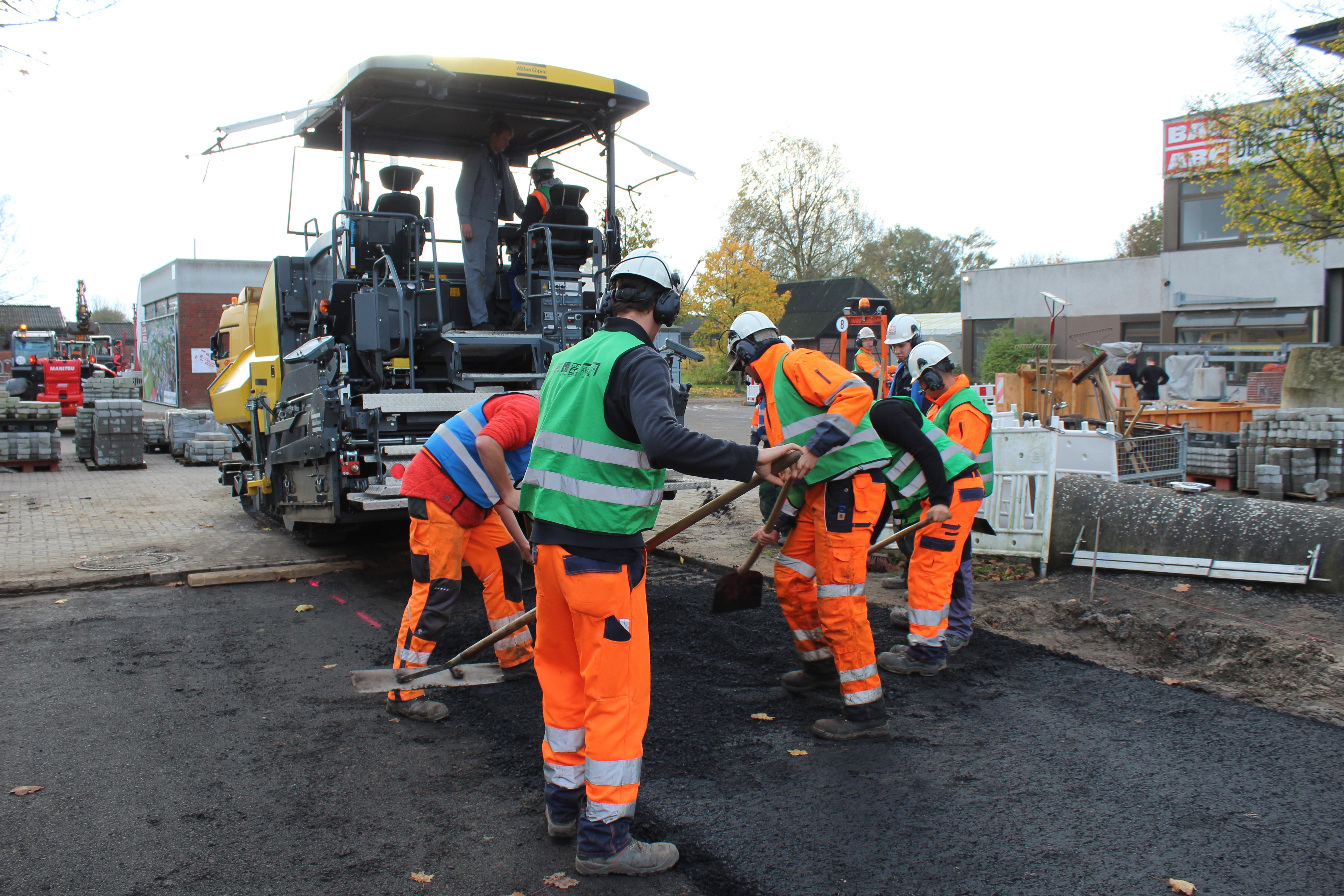 Praktischer Teil am Nachmittag. Einbau von Asphalt auf dem Gelände des Bau-ABC in Bad Zwischenahn.
