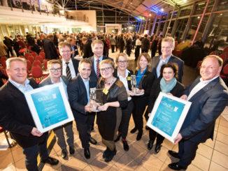 Preisträger des OLLY 2018 (v. l.): Detlev Boss (ise Individuelle Software und Elektronik GmbH), Nicole Otten (ise), Klaus Wegling (Wirtschaftsförderung Stadt Oldenburg), Christoph Sahm (ise), Jürgen Krogmann (Oberbürgermeister), Claudia Cyriacks-Schmitt (ise), Ivonne Haberer (CEWE Stiftung & Co. KGaA), Marion Gerdes (CEWE), Bernd Weber (Audi Zentrum Oldenburg), Dr. Carola Reimann (Nds. Sozialministerin), Andreas Kluge (CEWE). Foto: Thorsten Ritzmann