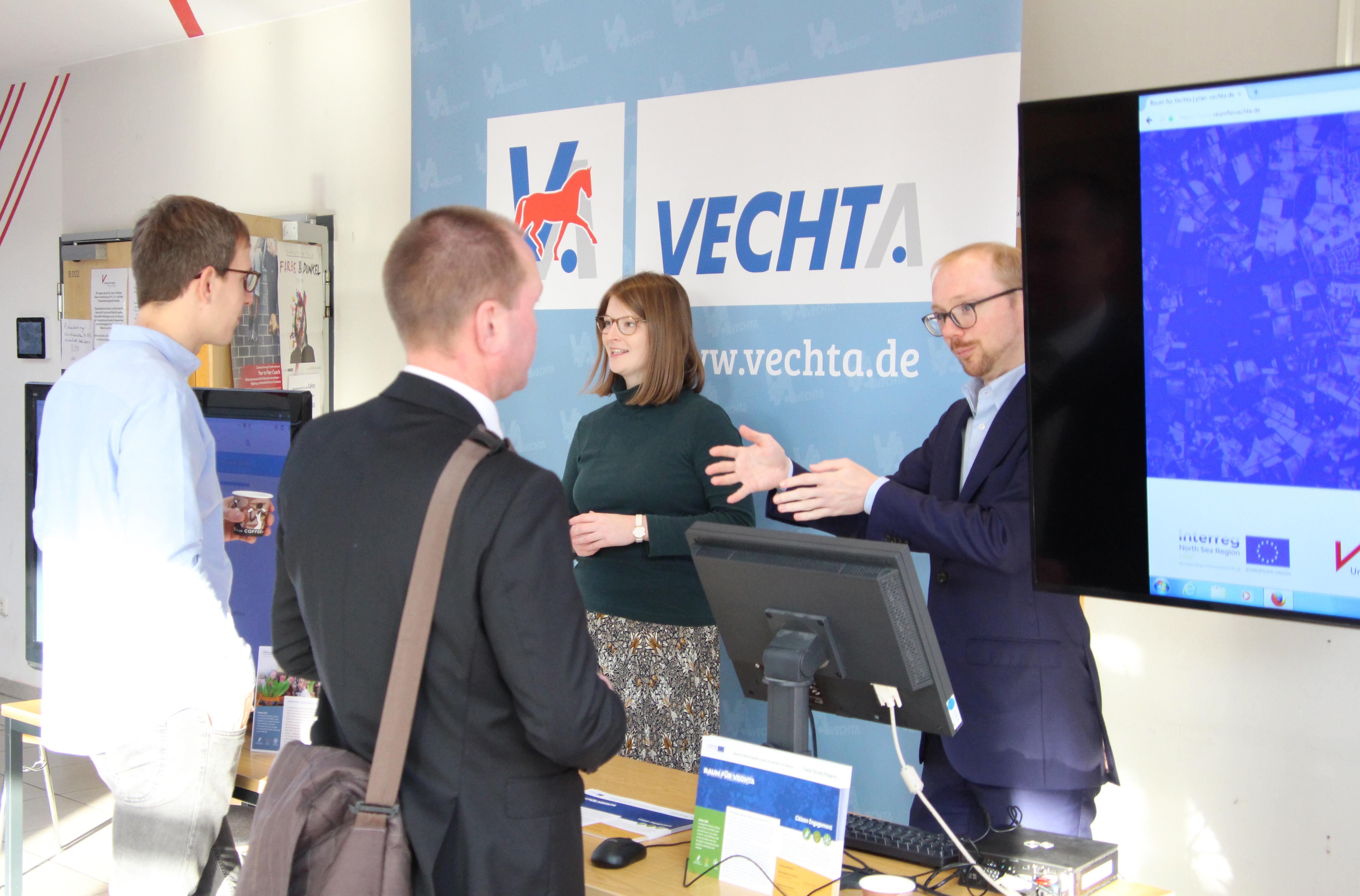 """Bildunterschrift 1: Christina Rasche und Christian Haaks von der Stadt Vechta erläutern das Tool """"Raum für Vechta."""""""