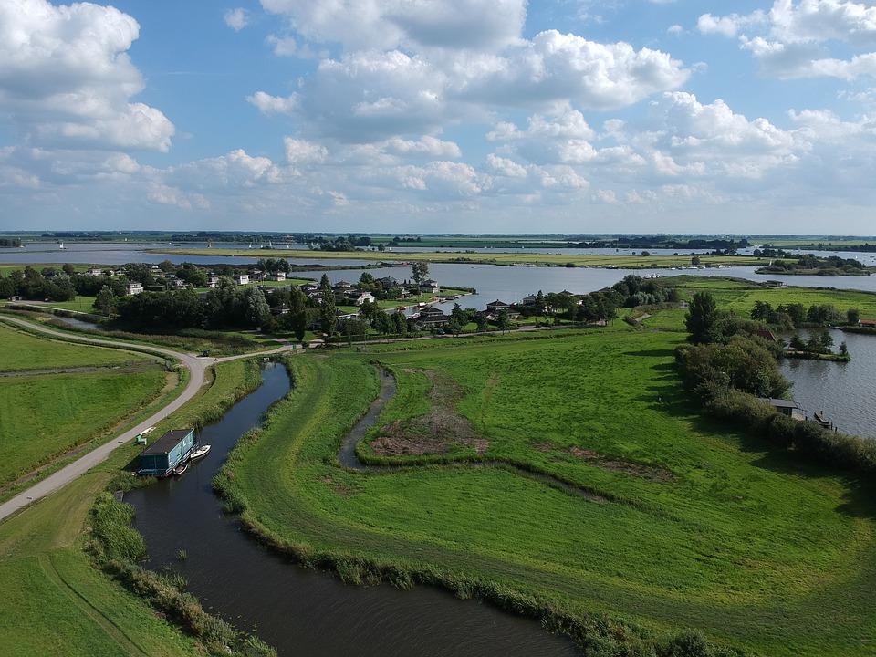 Die Region wird vor allem mit dem Tourismus in Verbindung gebracht, zieht jedoch mehr und mehr Unternehmen unterschiedlicher Branchen an. Die Förderung durch das Bundesland Niedersachsen und die positive Entwicklung der letzten Jahre sind gute Voraussetzungen für den wirtschaftlichen Zuwachs.