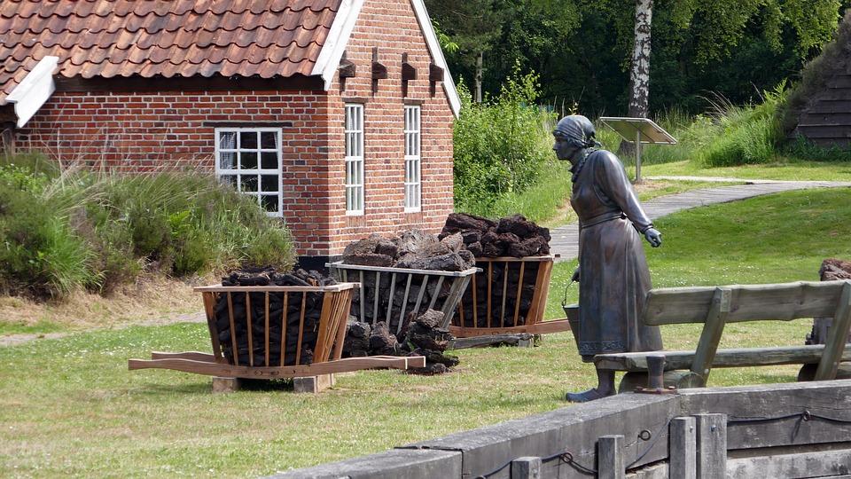 """Früher wurde das Emsland als das """"Armenhaus Deutschlands"""" bezeichnet. Diese Bezeichnung basierte auf dem Mangel an Industrie in der Region. Die Landschaft bestand vor allem aus Mooren, die dem Torfabbau dienten."""