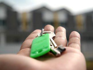 Die Kaufnebenkosten sollten immer vor dem Immobilienkauf berechnet werden. Somit können Sie überprüfen, ob der Kauf mit allen Nebenkosten in Ihr Budget passt. Informieren Sie sich vor allem bei der Grunderwerbsteuer und den Maklergebühren im Voraus, wie hoch diese in Ihrem jeweiligen Bundesland ausfallen.