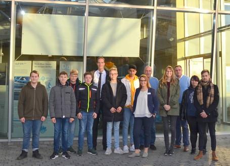 Einmal Eintauchen in die Welt der Kfz-Handwerksberufe: Acht Schülerinnen und Schüler mit Kreisrat Dr. Michael Kiehl und der Geschäftsführung des Autohauses Krüp in Nordhorn.