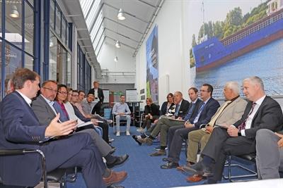 """Bei der IT-Firma MK ProCon in Leer unterhielten sich Firmenchefs und Vertreter von Landkreis Leer und Ems Dollart Region über das Projekt. Vorne links Bernd Hillbrands, Vorsitzender des """"Software-Netzwerks Leer"""", vorne rechts Landrat Matthias Groote."""