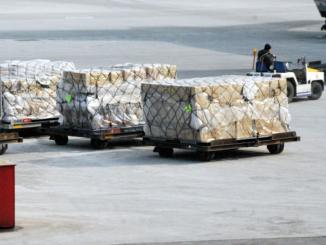 In der Lieferkette wird die Organisation und Geschwindigkeit von Warenbewegung immer wichtiger. Die Bestellungen, gleich ob online oder analog aufgelaufen, müssen auf griffbereite Ware stoßen. Im Logistikzentrum beginnt der akute Lauf gegen die Zeit.