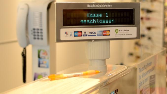 Eine elektronische Kasse ist nicht grundsätzlich vorgeschrieben, doch müssen Unternehmen die Grundsätze beachten. Viel Arbeit können sich Gastronomen und andere Unternehmen ersparen, wenn sie GoBD-konforme Registrierkassen verwenden. Verstöße gegen die GoBD werden mit Bußgeldern bis zu 25.000 Euro belegt.