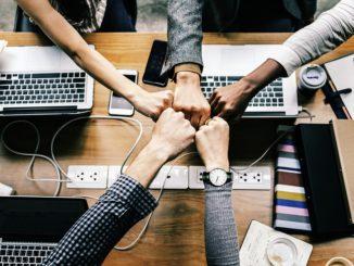 """""""Bitkom versteht sich als Treiber der digitalen Transformation und versammelt jene Unternehmen, die Vorreiter auf dem Weg in die digitale Wirtschaft sind"""", so Veltkamp. """"Dabei arbeitet die Startup-Initiative des Bitkom aktiv daran, Startups und etablierte Unternehmen zusammenzubringen und Kooperationen zwischen ihnen anzustoßen."""" Aktuell arbeiten nach einer Bitkom-Studie 65 Prozent aller Unternehmen überhaupt nicht mit Startups zusammen."""