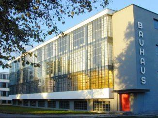 """Hier ein Bauhaus Gebäude in Dessau. Auch für das Land Niedersachsen gestaltet sich das Jubiläumsprogramm """"100 Jahre bauhaus"""" facettenreich. Zahlreiche Veranstaltungen und Angebote laden ein die unterschiedlichen Formen und Perspektiven des Bauhauses in Niedersachsen zu entdecken."""