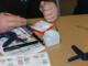 Bildunterschrift: Beim B.O.P. geht es handfest zu: Die Unternehmen bringen typische Arbeitsproben ihrer Ausbildungsberufe für die Schülerinnen und Schüler mit. Die Jugendlichen können so ihre praktischen Fertigkeiten und Neigungen testen. Foto: MaßArbeit / Magdalena Brosda