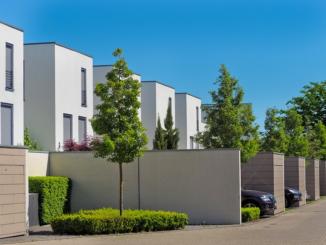 Ein Betonzaun schützt die Privatsphäre besser als eine Hecke, Metall oder der klassische Holzzaun. Im Gegensatz dazu ist er nämlich absolut blickdicht. Er ist auch wesentlich rascher aufgebaut als beim traditionellen Mauern: Er lässt sich in praktische Bauelemente gliedern, die anschließend nur noch zusammengefügt werden müssen.