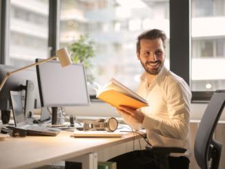 Wer über die Anschaffung von ergonomischen Büromöbeln und -geräten nachdenkt, der sollte sich vor dem Kauf informieren, ob er einen Kostenzuschuss erhalten könnte. Aus Arbeitnehmersicht ist der erste Ansprechpartner der Arbeitgeber. Diesem ist an der Arbeitsfähigkeit seiner Mitarbeiter gelegen und im besten Falle möchte er diese durch mehr Ergonomie am Arbeitsplatz unterstützen.