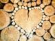 Der Naturbaustoff Holz ist nicht immer nachhaltig. In Bezug auf Nachhaltigkeit ist es wichtig, darauf zu achten, woher das Holz kommt und wie es bearbeitet wurde. Wer auf Qualitätssiegel wie den Blauen Engel, Öko Test oder das eco-Institut-Label achtet, ist auf der sicheren Seite.