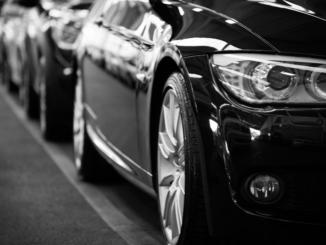 Autonomes Fahren ist in den USA längst weitgehend erlaubt. In Deutschland sieht es die Rechtsprechung anders, so dass trotz vorhandener technischer Möglichkeiten nach wie vor ein menschlicher Fahrer hinter dem Steuer sitzen muss.