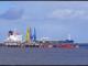 """Schiff im Ölhafen von Wilhelmshaven - """"Wir befinden uns auf der Zielgeraden. Berlin will in den kommenden Woche die Standortfrage entscheiden. Wir erwarten im Endspurt daher starken Rückenwind von der niedersächsischen Landesregierung für Wilhelmshaven als besten nationalen Standort"""", so Stuke."""