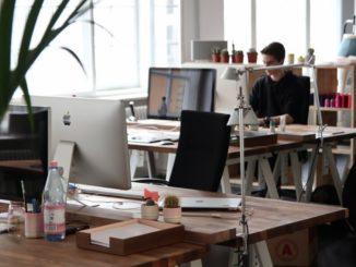 Für ein gesundes und effektives Arbeiten im Büro müssen Schreibtisch und Stuhl ergonomisch geformt sein. Ein guter Bürostuhl ahmt die Form des Rückens nach, unterstützt und stabilisiert ihn. Höhenverstellbare Schreibtische sind optimal. Eine passende Ausrichtung von Schreibtisch und Stuhl zueinander entlastet die Muskulatur von Rücken und Nacken und beugt Kopfschmerzen vor.