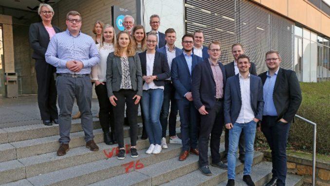 Die Absolventen mit Dr. Astrid Lodde (l.), Lehrbeauftragte der Hochschule Osnabrück, Dr. Maria Deuling (3. v.l.), VWA-Geschäftsführerin, Ralf Korswird (6. v.l.), BBS Pottgraben, und Jochen Pabst (9. v.l.), BBS am Schölerberg.