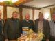 """Mit dem """"Goldenen Zunftzeichen"""" der Tischlerinnung Vechta wurde Uwe Walkenhorst ausgezeichnet. V.l.n.r.: Heiner gr. Beilage (Geschäftsführer bauXpert H. gr. Beilage Vechta), Andreas Theilen (Obermeister Tischlerinnung Vechta), Uwe Walkenhorst (Remmers-Handelsvertreter), Ludger Dasenbrock (Außendienst bauXpert H. gr. Beilage) und Gregor Meyer (stellvertretender Innungsmeister Vechta) / Bildquelle: Heiner gr. Beilage, VechtaCopyrightRemmers GmbH"""