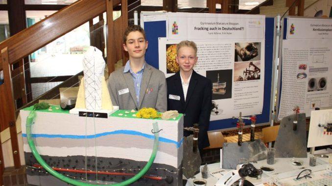 Bildunterschrift: Erhielten den IHK-Sonderpreis für ihre Arbeit zum Thema Fracking: Die Schüler Fynn Lukas Rölleke (links) und Erik Robel (rechts) vom Gymnasium Marianum in Meppen.