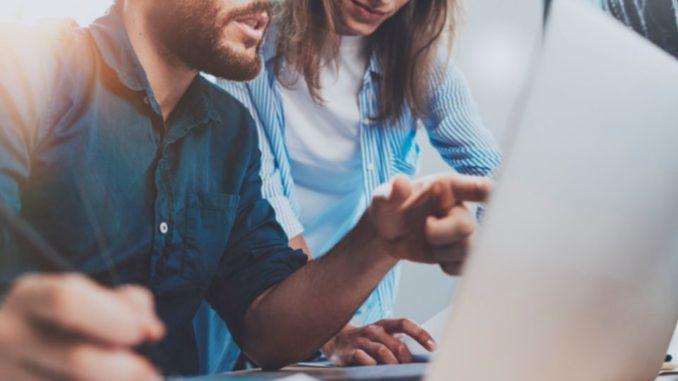 Ist Weiterbildung durch den Betrieb Pflicht? Hier gehen die Meinungen zwischen Arbeitgeber- und Arbeitnehmerseite stark auseinander. Während Schulungen, Ted Talks und Fortbildungsreisen für Führungskräfte gang und gäbe sind, gilt dies scheinbar nicht für den klassischen Angestellten.