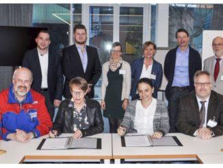 Obere Reihe von links: Nico Bloem (Betriebsratsvorsitzender MEYER WERFT), Matthias Schumacher (Pestalozzischule Förderschule), Wiebke Post (Friesenschule), Ulrike Röttmann (Friesenschule), Günter Geerdes (Ausbildungskoordinator MEYER WERFT), Jürgen Siedentopp (Friesenschule) Untere Reihe von links: Erwin Siemens (Ausbildungsleitung), Gisela Wölk (Schulleitung Förderschule), Anna Blumenberg (Mitglied der Geschäftsleitung Personal), Thomas von Garrel (Schulleitung Friesenschule) Foto: M. Ritz Meyer Werft