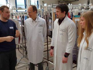 (Von links): Eike Börs erläutert Landrat Dr. Michael Lübbersmann, MaßArbeit-Bereichsleiter Michael Kelka und Andrea Frosch vom UnternehmensService der WIGOS die Betriebsabläufe in der Textilreinigung Meyer GmbH. Foto: MaßArbeit / Kimberly Lübbersmann