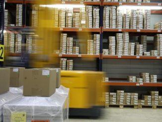"""Kein Wunder also, dass das Thema """"Verpackungen"""" laut einer Studie des Händlerbund e. V. oberste Priorität auf Händlerseite hat. 85 Prozent der Befragten interessieren sich für Lösungen zur Kosteneinsparung. """"Das Thema Verpackung ist für den Händler natürlich sehr lästig, weil der Händler am liebsten gar keine Verpackung verwendet. Weil keine Verpackung bedeutet natürlich die meiste Ersparnis"""", so Max Thinius, der beim Versandhandels- und E-Commerce Verband für das Thema Nachhaltigkeit zuständig ist."""