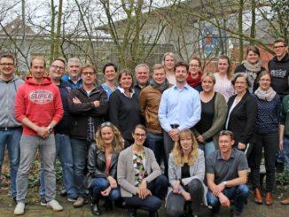 """Die 20 Teilnehmerinnen und Teilnehmer des Weiterbildungsprogramms """"Management und Leadership in der Sozialwirtschaft"""" sowie ihre Dozenten. Foto: Universität Oldenburg"""