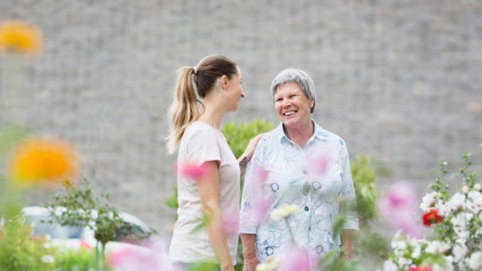 Dass die deutsche Bevölkerung altert, ist kein Geheimnis mehr. Die Gesellschaft steht dadurch vor vielen Herausforderungen. Allerdings bieten die aufkommenden Probleme auch Chancen für Unternehmer, die das Bedürfnis nach neuen Unternehmensmodellen in der Bevölkerung stellen können.