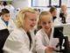 Sichtlich Spaß am Mikroskopieren hatten diese Mädchen im Lernlabor Wattenmeer am Campus Wechloy. Foto: Universität Oldenburg