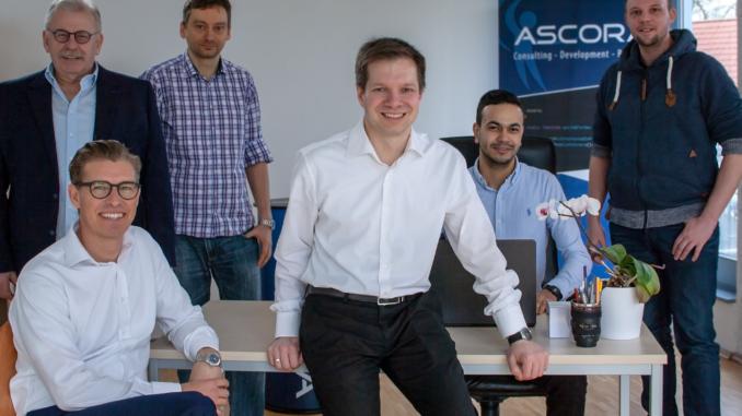 Dr. Andreas Spiegel und Dr. Sven Abels (vorne v.l.) freuen sich zusammen mit Senior Sales Manager Henry Mielecke, dem Projektleiter Nicolas Mayer und den Entwicklern Anouar Mabrouk und Michael Antemann (hinten v.l.) auf die zukunftsweisende Technik.