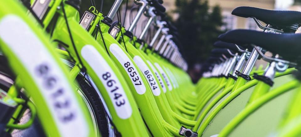 Vielerorts sind Radfahrer nicht nur schneller, sondern natürlich auch umweltfreundlicher als mit dem Auto unterwegs. Zwei Trends zeichnen sich deutlich ab: das Faltrad zum Mitnehmen in die Bahn sowie das E-Bike mit Tretunterstützung.