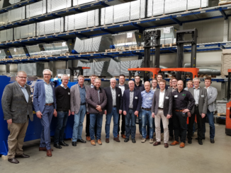 Bildunterschrift: Die Geschäftsführer Frank Höcker (2.v.l.) und Christian Vennemann (1.v.l.) gewährten dem IHK-Netzwerk Industrie 4.0 einen Einblick in die Produktion und den bevorstehenden ERP-Systemwechsel.
