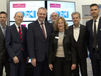 Das DFKI-Labor Niedersachsen hat seine Arbeit aufgenommen, ein entsprechender Vertrag wurde am 2. April auf der Hannover Messe unterzeichnet. Auf dem Foto (von links): Prof. Dr. Andreas Dengel (DFKI Kaiserslautern), Prof. Dr Oliver Zielinski (Universität Oldenburg), Prof. Dr. Dr. Hans Michael Piper (Präsident Universität Oldenburg), Björn Thümler (Niedersächsischer Wissenschaftsminister), Prof. Dr. Philipp Slusallek (DFKI Saarbrücken), Prof. Dr. Jana Koehler (DFKI-Geschäftsführerin und Vorsitzende), Prof. Dr. Wolfgang Lücke (Präsident Universität Osnabrück), Prof. Dr. Oliver Thomas (Universität Osnabrück) und Prof. Dr. Joachim Hertzberg (Universität Osnabrück). Foto: DFKI