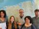 """Landkreis Leer und die niederländische Gemeente Oldambt realisieren grenzübergreifendes Projekt. Sie haben ihre gute Zusammenarbeit fortgesetzt: Der Landkreises Leer und die Gemeente Oldambt haben im Jahr 2017 und 2018 mit dem Projekt """"Freiwillig über die Grenze"""" die Vielfalt des freiwilligen Engagements in zwei grenzübergreifenden Messen dargestellt. Das Bild zeigt Vertreter des Landkreises Leer, der Provincie Groningen, der Gemeente Oldambt und der Ems Dollart Region"""