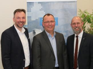 Bildunterschrift (v.l.): Hendrik Kampmann, stellvertretender Ausschussvorsitzender und Matthias Hopster, Ausschussvorsitzender, mit IHK-Geschäftsbereichsleiter Frank Hesse.