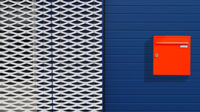Maschendraht als Streckgitter ist leicht, äußerst stabil und witterungsbeständig. Er kann für die Fassadengestaltung, für Zäune, aber auch in der Akustik, für Filter und Siebe verwendet werden. Die verschiedenen Formen und Größen der Maschen erlauben vielfältige Anwendungsmöglichkeiten.