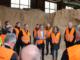 Bildunterschrift: Dr. Sebastian Kipp (Bildmitte), Klasmann-Deilmann GmbH, erklärte bei der Besichtigung der Holzfaserproduktion die Vorzüge des Torfersatzstoffes.