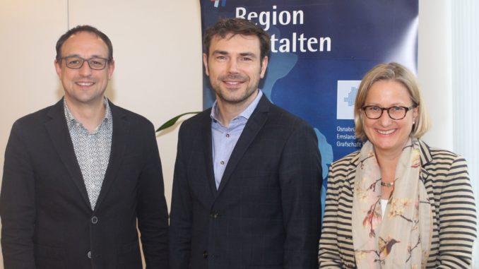 Im Amt bestätigt: Vorsitzender des IHK-Handelsausschusses Mark Rauschen (Mitte) mit seinem Stellvertreter Stefan Nottbeck (links) und IHK-Geschäftsbereichsleiterin Anke Schweda (rechts).