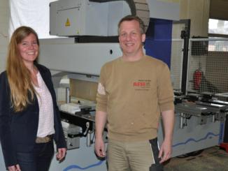 Mit der neuen CNC-Maschine in der Tischlerei Riese konnten Arbeitsabläufe optimiert werden, erläutert Unternehmenschef Burkhard Riese Andrea Frosch vom WIGOS-UnternehmensService. Foto: WIGOS /Kimberly Lübbersmann