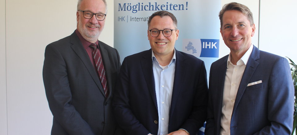 Diskutierten beim IHK-Mittagsgespräch über Herausforderungen für die EU:EU-Parlaments-Kandidat Tiemo Wölken (Mitte) mit IHK-Vizepräsident Axel Mauersberger (links) und IHK-Hauptgeschäftsführer Marco Graf (rechts).