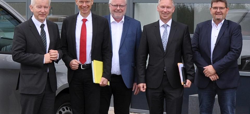 Der mögliche Containertransport über den Hafen Wittlager Land und die angestrebte Expansion des Unternehmens Nolte Küchen waren Themen des Gesprächs, dass Manfred Wippermann, Holding-Geschäftsführer der Nolte Group (links), und Marc Hogrebe, Geschäftsführer der Tochtergesellschaften Nolte Küchen und Express Küchen (rechts), jetzt mit (2. v. rechts und folgend) Landrat Dr. Michael Lübbersmann, WIGOS-Geschäftsführer Siegfried Averhage und dem Ersten Stadtrat von Melle, Andreas Dreier, führten.Foto: WIGOS / Kimberly Lübbersmann