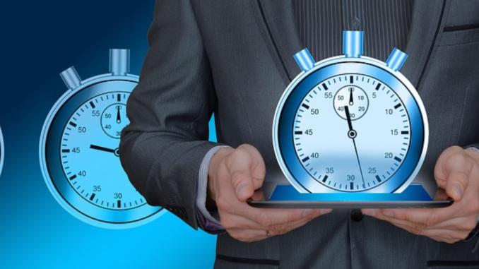 Analyse, Gestaltung und Verbesserung von Arbeitsabläufen fallen unter den Begriff Ablauforganisation. In der Regel sind hier Führungskräfte zuständig. In größeren Unternehmen gibt es auch intern spezielle Mitarbeiter oder externe Berater