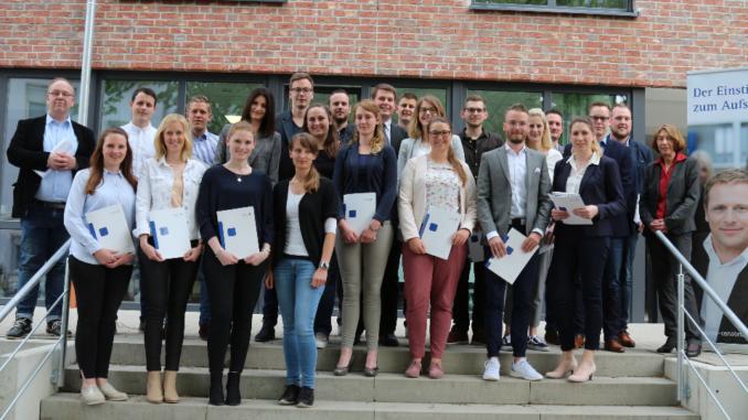 Bildunterschrift (v.r.): Dr. Maria Deuling (VWA-Geschäftsführerin) mit den Absolventen.