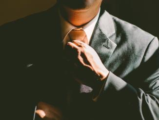 In kreativen Berufen kann man sich durchaus ein Beispiel an Zuckerberg nehmen. Allerdings: Auch hier gilt für öffentliche Auftritte wie Messen oder Pressekonferenzen ein Dresscode, der die Seriosität der Firma untermauert. Je nach Anlass ist ein Anzug immer die bessere Wahl als ein T-Shirt. Ob eine Krawatte nötig ist oder ob das Hemd zu einer modischen Jeans kombiniert werden kann, hängt ganz von der Branche und vom Anlass ab.