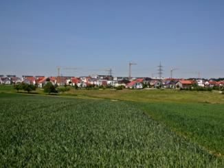 Von den im Jahr 2018 neu erbauten Wohnungen entfielen gut 44% (10.939) auf Einfamilienhäuser. Im Vergleich zum Jahr 2017 entsprach dies einem Minus von 3,9%. Weitere 10% der Wohnungen (2.470) befanden sich in neuen Zweifamilienhäusern, 4,6% mehr als im Vorjahr.