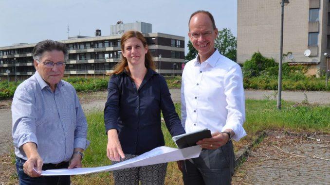 Freuen sich, dass mit der Erstellung des Schadstoffkatasters ein weiterer Schritt zur Neunutzung des Krankenhausgeländes abgeschlossen ist (von links): Bürgermeister Hartmut Nümann, oleg-Prokuristin Susanne Menke und oleg-Aufsichtsratsvorsitzender Landrat Dr. Michael Lübbersmann.Foto: WIGOS / Eckhard Wiebrock