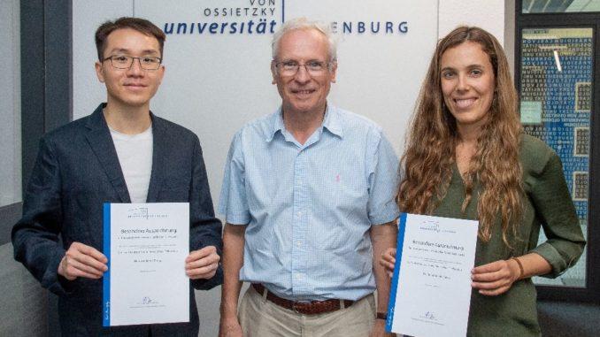 Prof. Dr. Meinhard Simon, Vizepräsident für Forschung und Transfer (Mitte) überreichte die Förderurkunden an den Nanophysiker Dr. Jinhui Zhong (links) und die Meeresforscherin Dr. Teresa Catalá (rechts). Foto: Universität Oldenburg/Daniel Schmidt