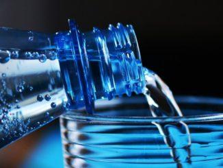 PET-Mehrwegflaschen gelten auch als ökologisch vorteilhafter, weil ihre Herstellung weniger Energie verschlingt als die Glasproduktion. Voraussetzung für mehr Nachhaltigkeit ist allerdings immer, dass sie mindestens so häufig im Kreislauf geführt werden wie ihre Pendants aus Glas.