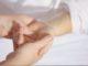 Mit einer Pflegetagegeldversicherung entlasten die Menschen eigene Kinder und Angehörige. Falls es zum Pflegefall kommen sollte, dann springt diese Versicherung sofort ein und zahlt jeden Tag einen bestimmten Tagessatz aus.